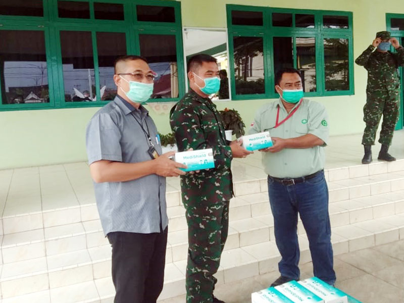 FOTO : Public Affair Manager PT. LPPPI H. Hermawan DBS, SH saat Menyerahkan Bantuan masker ke Dandim 0419/Tanjab Letkol Inf Erwan Susanto, S.IP, Selasa (16/06/20).