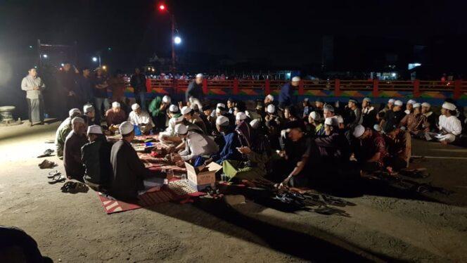 FOTO : Kegiatan Pembacaan Yasin di Objek Wisata Wather Front City lokasi tenggelam dan Pencarian Julfan, Kamis (16/01/20).