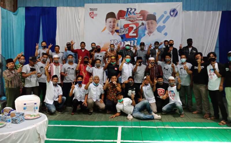 FOTO : Semarak Pelantikan Tim Pemenangan Romy-Robby (R2) tingkat Kecamatan, Kelurahan dan Desa di Gedung Bulu Tangkis Garuda Kecamatan Nipah Panjang, Selasa (13/10/20).