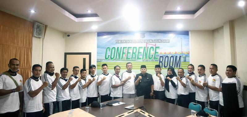 FOTO : Bupati Dr. H. Safrial lepas atlet Persatuan Angkat Besi dan Berat Seluruh Indonesia (PABBSI) yang akan berangkat ke Kota Jambi untuk mengikuti Try Out dan Uji Tanding bersama PABBSI Kota Jambi, kamis (17/09/20)