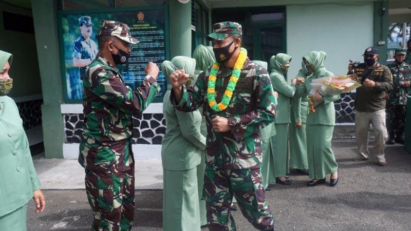 FOTO : Letkol Czi Fitriadi, ST (selaku Pejabat Dandim lama) beserta isteri, berpamitan dengan Keluarga Besar Kodim 0417/Kerinci, Selasa (15/12/20).