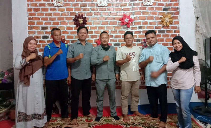 FOTO : Hendra Novariadi, S.Kom [tengah] Ketua Forum Honor Tanjab Barat (FHT) sekaligus Inisiator Mubes Honorer se Provinsi Jambi di Kuala Tungkal.