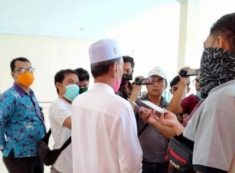 FOTO : Ketua MUI Tanjab Barat Drs. H. Mahyuddin Arif, M.Ud Saat Diwawancarai Wartawsn di Gedung DPRD usai rapat bersama, Kamis (16/04/20).