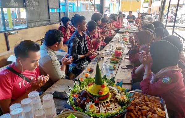 Mapala Pamsaka (Pecinta Alam Stai An-Nadwah Kuala Tungkal) Adakan Paringatan Hari Ulang Tahun Ke-8 Tahun di Kedai Kopi Kuale Pujasera Kuala Tungkal, Sabtu (2/10/21).