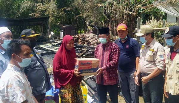 Bupati Merangin H. Mashuri bersama Ketua DPRD H. Herman Effendi Menyerahkan Santunan Korban Kebakaran di Desa Mampun, Kecamatan Tabir, Jumat (18/9/21). FOTO : PROKOPIM