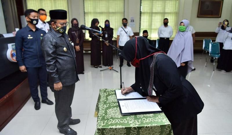 FOTO : Wakil Wali Kota Jambi, Dr. H. Maulana melantik 11 pejabat arsiparis di Gedung Badan Kepegawaian Daerah (BKD) Kota Jambi, Rabu (08/07/20).