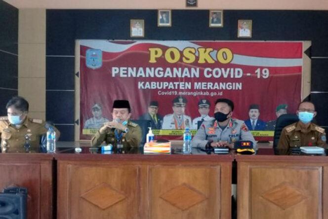 FOTO : Bupati Merangin Al Haris sekaligus Ketua Gugus Pencegahan Covid 19 Kabupaten Merangin di Posko Gugus Pencegahan Covid-19 Merangin
