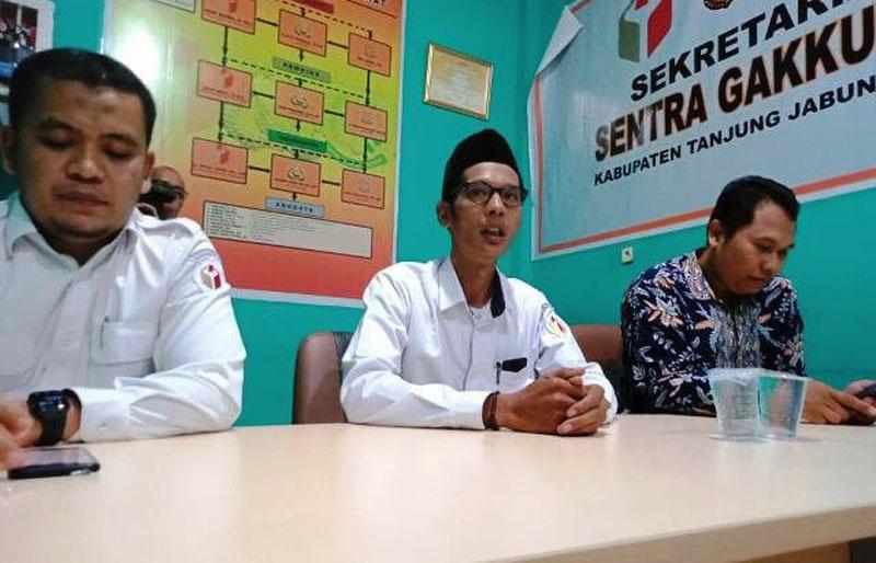 FOTO : Divisi Pengawasan dan Hubungan Antar Lembaga Bawaslu Kabupaten Tanjung Jabung Barat, Mon Rezi, S.Sos.I (Tengah)