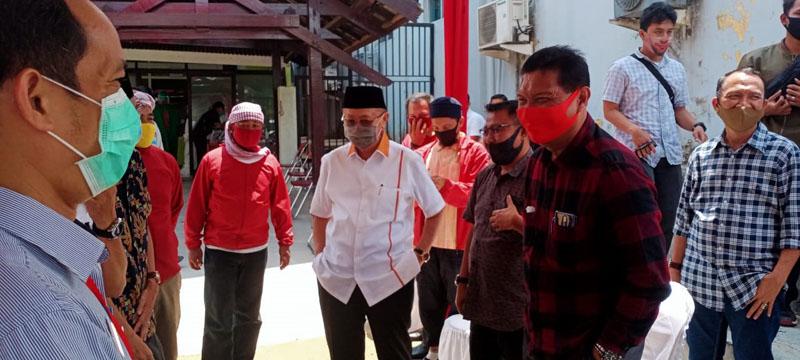 FOTO : Pasangan Calon Bupati dan Wakil Bupati peserta Pilkada Tanjung Jabung Barat Mulyani Siregar dan M. Amin Menjalani Tes Swab di RSUD Raden Mattaher Jambi, Selasa (01/09/20).