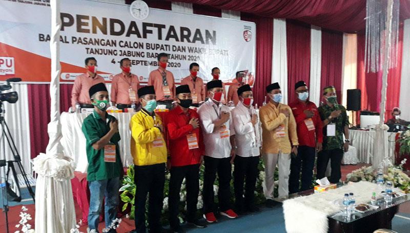 FOTO : Pasangan Calon Bupati-Wakil Bupati Mulyani-Amin Saat Mendaftar di KPU Tanjung Jabung Barat, Minggu (06/09/20)