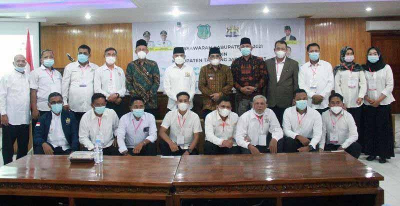 FOTO : Bupati H. Anwar Sadat saat membuka acara Musyawarah Kabupaten (Muskab) ke-V Kamar Dagang dan Industri (Kadin) Kab. Tanjab Barat di Pola Utama Kantor Bupati, Sabtu (10/04/21).