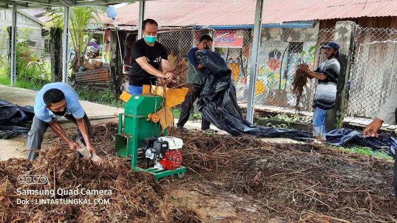 FOTO : Kapolres Tanjab Barat AKBP Guntur Saputo, SIK, MH Tengah Menggiling Bahan Yang Dijadikan Kompos, Minggu (09/08/20)
