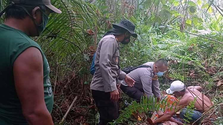 FOTO : Anggota Polsek Betara dan Warga Saat Evakuasi Nenek NA di Lokasi Ditemukan, Rabu (14/04/21)