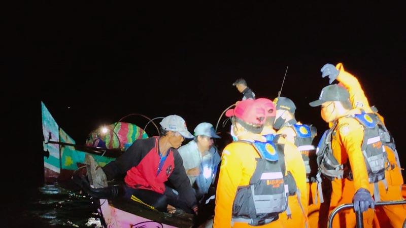 FOTO : Unit Siaga SAR Kuala Tungkal Memberikan Pertolongan pad Nelayan yang Mati Mesin di perairan Kuala Tengah, Jumat (08/01/21)