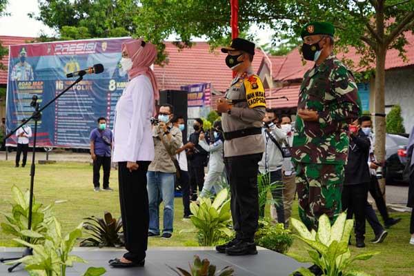 Danrem 042/Gapu bersama Kapolda Saat Dampingi Pj Gubernur Jambi Pimpin Apel Gelar Pasukan Operasi Ketupat 2021 di lapangan Mapolresta Jambi, Rabu (05/05/21).