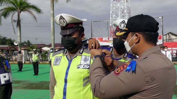 Wakapolres Tanjab Barat Kompol Alhajat, SIK Saat Menyematkan Pita Tanda Dimulainya Operasi Terpusat Patuh 2021 Polres Tanjab Barat, Senin (20/9/21). FOTO : HUMASRES
