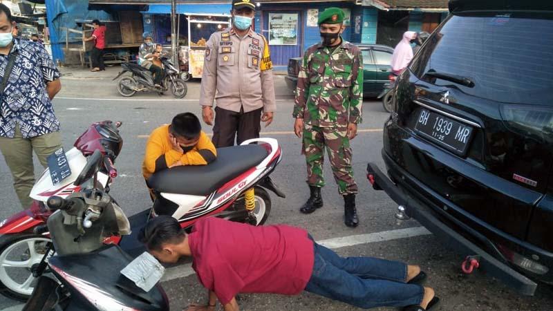 FOTO : Sejumlah Pemuda yang Menjalani Sanksi Push Up Karena Tak Memakai Masker, Rabu (02/11/20).