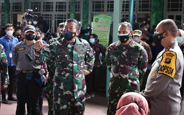 Pangdan II/Sriwijaya Mayjen TNI Agus Suhardi Saat Tinjau Serbuan Vaksinasi Massal TNI Korem 042/Gapun, Kamis (16/9/21). FOTO : PROKOPIM