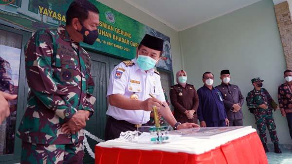 Pangdam II/Sriwijaya Mayjen TNI Agus Suhardi dan Gubernur Jambi Dr. H. Al Haris meresmikan Gedung Panti Bhadar Gapu di Markas Korem 042/Gapu Jambi, Kamis (16/9/21). FOTO : PROKOPIM