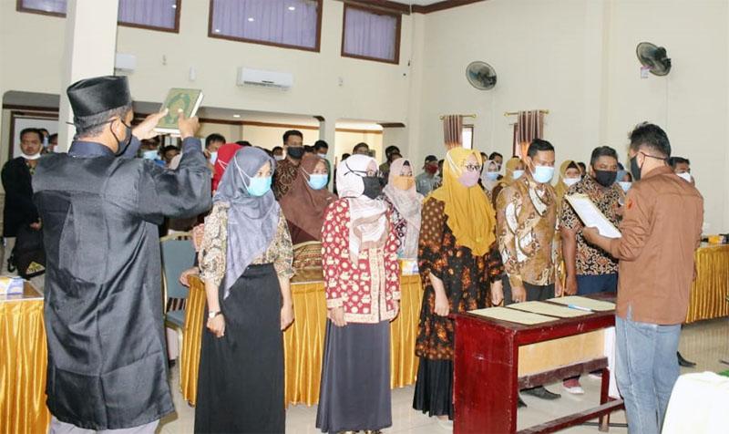 FOTO : Pelantikan 153 Pengawas Tempat Pemungutan Suara (PTPS) seluruh TPS di Kecamatan Tungkal Ilir di hotel masa kini, Senin (16/11/20)