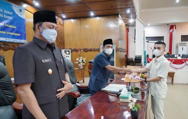 FOTO : Satria Tubagus Hermawan, SH saat Menyerahkan Dkumen Suara Fraksi PDI Perjuangan Kepada Pimpinan DPRD, Senin (26/04/21).