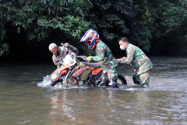 Dandim 0419/Tanjab Letkol Inf Erwan Susanto, SIK, MH bersama Anggota Mendorong Trail Melintasi Sungai, Minggu (01/07/21). FOTO : DIMTANJAB