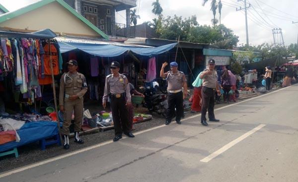 FOTO : Ketika Polsek Melaksanakan Giat Pengamanan dan Himbauan Prokes COVID-19 di Pasar Kalangan Sungai Saren Bebrapa waktu lalu.