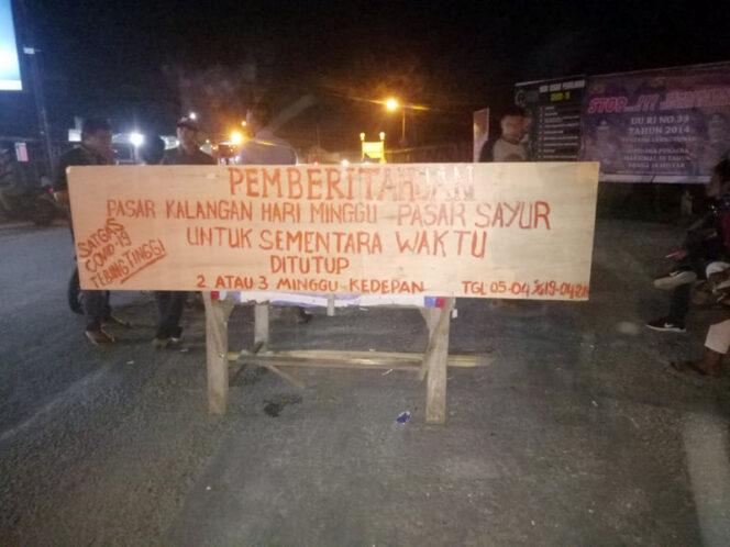 FOTO : Portal Pengumuman Penutupan Sementara Pasar Kalangan Kecamatan Tebiing Tinggi, Minggu 5 April 2020