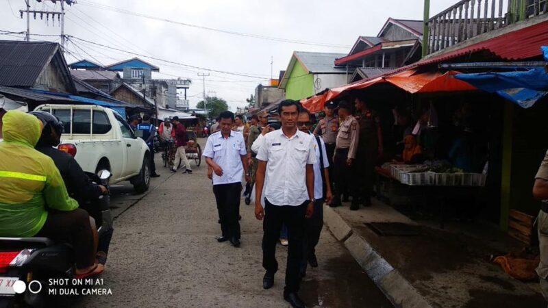 FOTO : Kepala Dinas KUKM Perindag saat turun ke Pasar Parit I Kuala Tungkal, Rabu (29/01/20)
