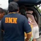 Petugas BNNP Jambi Mengelandang Pasang suami istri (Pasutri) bernama (JU) dan suaminya (MJ) warga Desa Peninjau RT. 02, Kecamatan Bathin II Pelayang, Kabupaten Bungo, Minggu(17/10/21). FOTO : Dhena