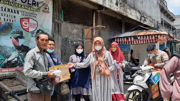 PC TIDAR bersama Anggota Fraksi Grindra DPRD Tanjab Barat Saat Menggelar bakti Sosial Berbagi Nasi Kotak kepada Masyarakat Kota Kuala Tungkal, Sabtu (11/9/21). FOTO : PC TIDAR