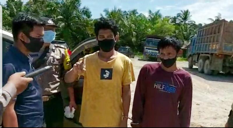 FOTO : Kedua Pelaku Diamankan Polisi di Pos Covid-19 Batang Asam Perbatasan Jambi-Riau, Sabtu (09/05/20)