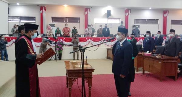 Pelantikan H. Abdullah Sebagai Ketua DPRD Tanjab Barat sisa masa jabatan 2019-2024 Dipimpin oleh Ketua Pengadilan Negeri Kuala Tungkal Andi Hendrawan, SH, MH. FOTO : Istimewa