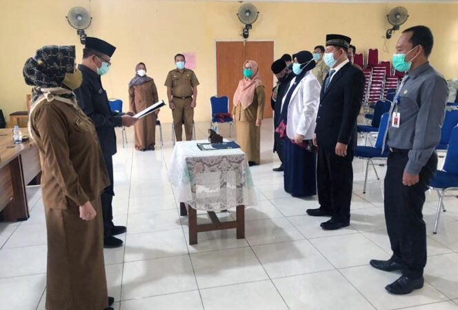 FOTO : Kepala BKPSDM Tanjung Jabung Barat H. R. Gatot Suwarso atas nama Bupat Tanjung Jabung Barat melaktik dan mengambil sumpah jabatan 2 orang Pegawai Negeri Sipil Kesehatan, Selasa (22/12/20).