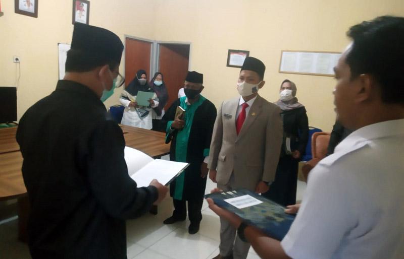 Kepala BKPSDM Tanjung Jabung Barat H. R. Gatot Suwaarso atas nama Bupat TanjungJabung Barat melaktik dan mengambil sumpah jabatan 1 orang Pegawai Negeri Sipil penyuluh pertanian, Rabu (07/10/20).