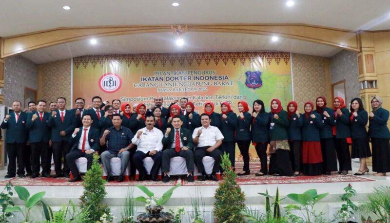 FOTO : Wakil Bupati Tanjab Barat H. Amir Sakib dan Ketua DPRD Mulyani Siregar, SH Bersama Pengurus Ikatan Dokter Indonesia (IDI) Cabang Kabupaten Tanjab Barat Masa Bakti 2019-2022, Rabu (22/01/20).
