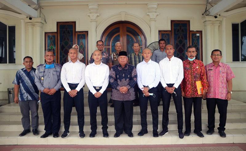 FOTO : Bupati Tanjung Jabung Barat Dr. H. Safrial bersama Para Taruna pada Acara Pelepasan di Kantor BUpati Tanjab Barat, Kamis (05/11/20).