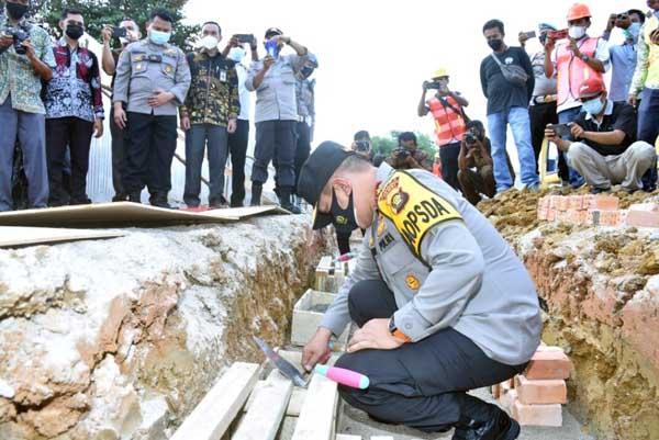 Kapolda Jambi Irjen Pol A. Rachmad Wibowo Saat Melakukan Cor Pertama Pembanggunan Mapolres Batanghari, Kamis (10/06/21).