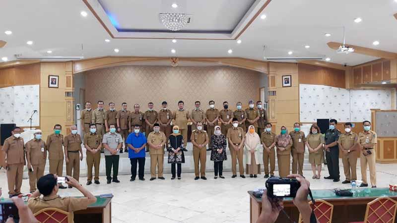 FOTO : Bupati Safrial dan Wabup Amir Sakib didampingi Istri serta Sekda dan seluruh Kepala OPD di Balai Pertemuan Kantor Bpati, Senin (15/02/21)