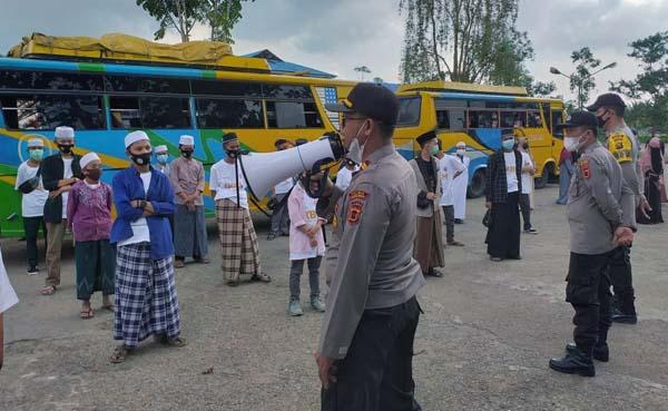Petugas Pengaman Pos Yan II Ops Ketupat 2021 dipimpin oleh Kapolsek Tungkal Ilir di Terminal Pembengis Melakukan Pemeriksaan 78 Santri Ponpes Al Mubarok asal Riau yang Mudik Lebaran, Kamis (29/04/20).