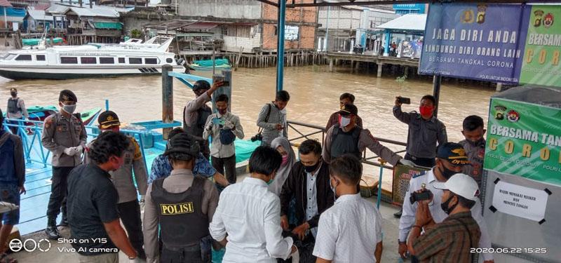 FOTO : Petugas Polres Tanjab Barat Melakukan Pemeriksaan Penumpang Speedboat di Pelabuhan Kuala Tungkal, Senin (22/06/20)