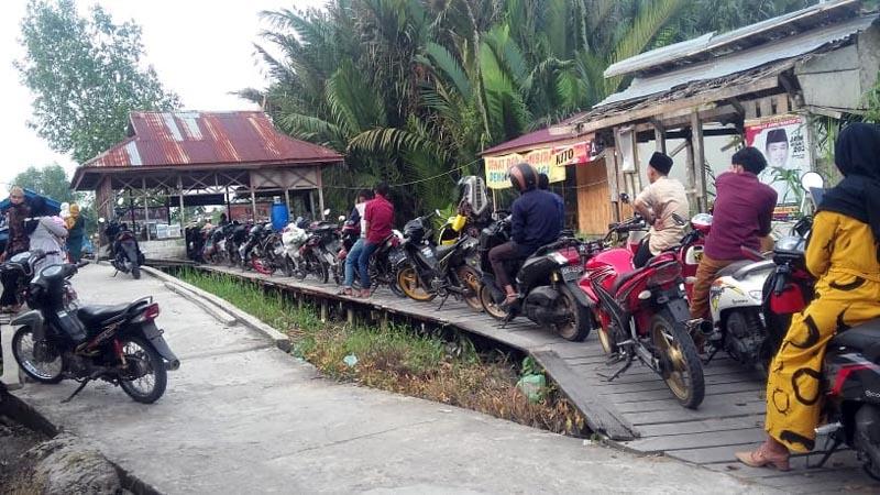 FOTO : Jajar Motor Menganti Untuk Menyebrang di Penyebrangan Desa Kuala Indah dan Desa Sungai Gebar Kecamatan Kuala Betara, Jumat (31/07/20)