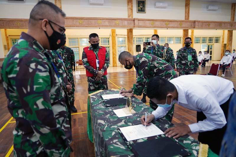 FOTO ; Danrem 042/Garuda Putih Brigjen TNI M Zulkifli Saat Memimpin Penandatanganan Pakta Integritas Penerimaan Calon Tamtama PK Gel I TA. 2021 di Makorem 042/Gapu Jambi, Senin (08/03/21).
