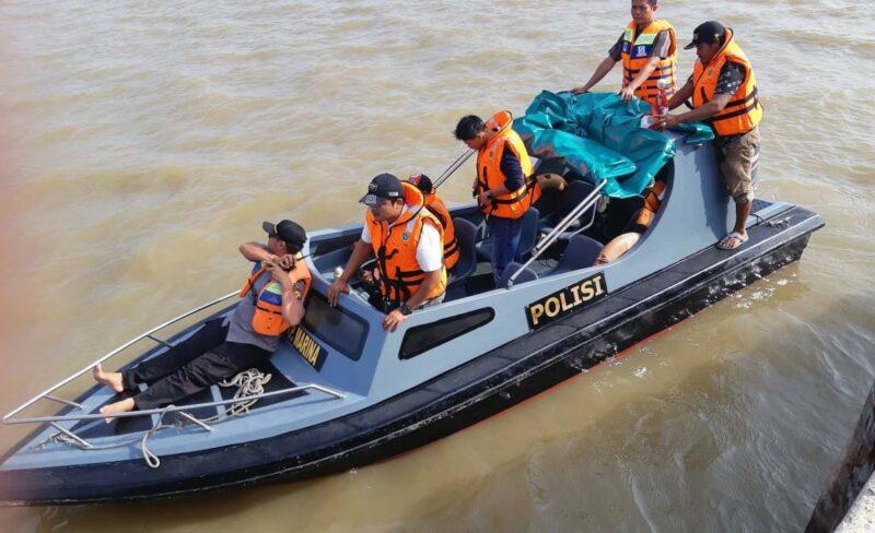 FOTO : Tim Gabungan Saat Melakukan Pencarian Korban Zulfan korban hanyut di kawasan sekitaat awal hanyutnya korban di Anjungan Pengabuan Wather Front City (WFC) Kuala Tungkal, Rabu (15/01/20).