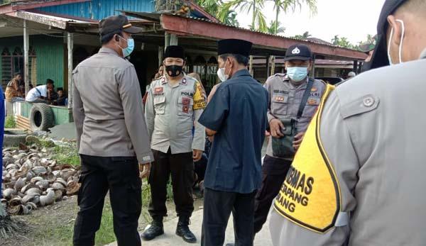 Kapolsek Pengabuan IPTU Edi Putrawan dan Anggota Berada di Sekitar Rumah Duka Salah Satu Korban Tenggelam. FOTO : Polsek Pengabuan