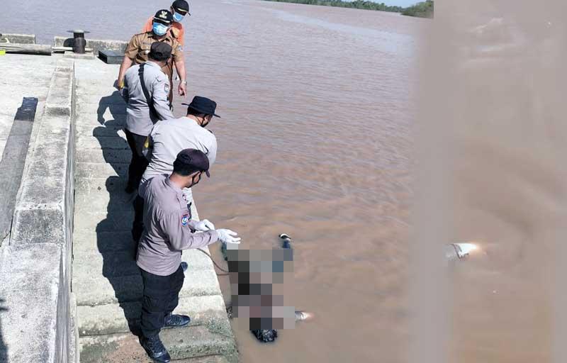 FOTO : Petugas Melaukan Evakuasi Sesosok Mayat Ditemukan Mengapung di Dermaga Bongkar Muat Pasar Senyerang, Kecamatan Senyrang. FOTO : Istimewa