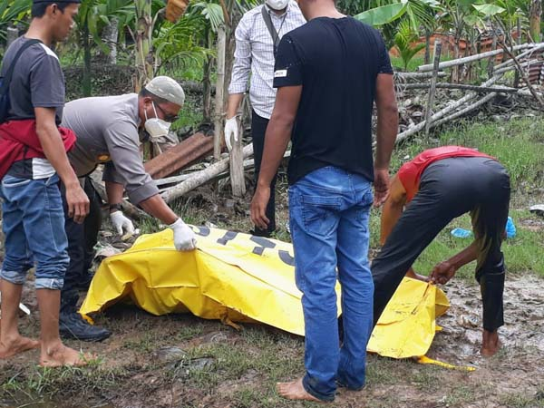 Kapolsek Tungkal Ilir IPTU Agung Heru Wibodo dan Warga Melakukan Evakiasi Jasad Korban di TKP untuk di bawa ke RSUD KH Daud Arif Kuala Tungkal, Jumat (1/10/21) FOTO : KHUSUS