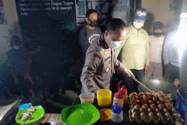 Kapolres Tanjab Barat AKBP Guntur Saputro Saat Melakukan Pengawasan Pelaksanaan PPKM Mikro di dalam Kota Kuala Tungkal, Sabtu malam (17/07/21). FOTO : HUMASRESTJB