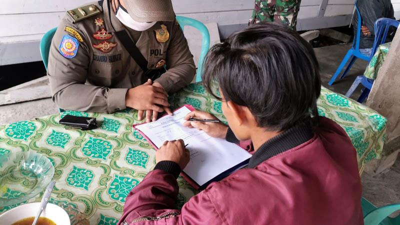 FOTO : Salah Satu Warga Membuat Pernyataan Ketika Terjaring Razia Yustisi Oleh Satgas Covid-19 Tanjab Barat, Kamis (17/09/20)