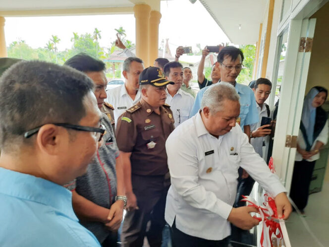 FOTO : Bupati Dr. H Safrial Memotong Pita Peresmian Penggunaan Gendung Baru Kantor Camat Pengabuan yang dibangun di Kelurahan Teluk Nilau, Kecamatan Pengabuan, Rabu (18/03/20).